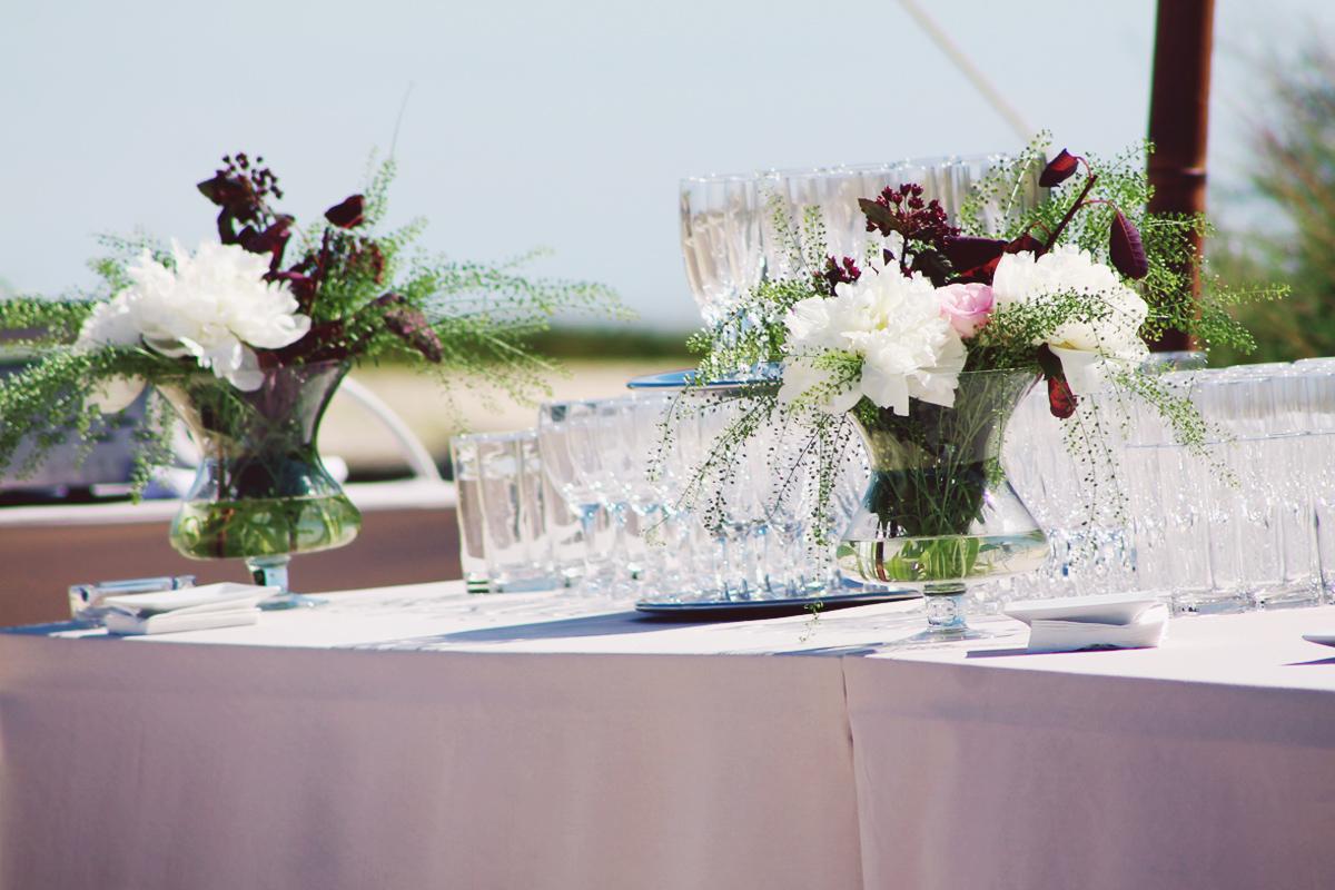 Cocktail et buffet en bouquets de fleurs de mariage sur la plage du Cap Ferret.