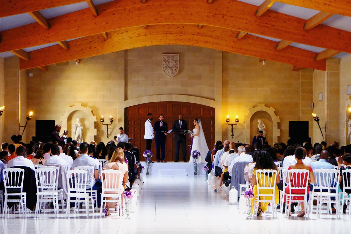 Décoration de cérémonie laïque intérieur de mariage chic.