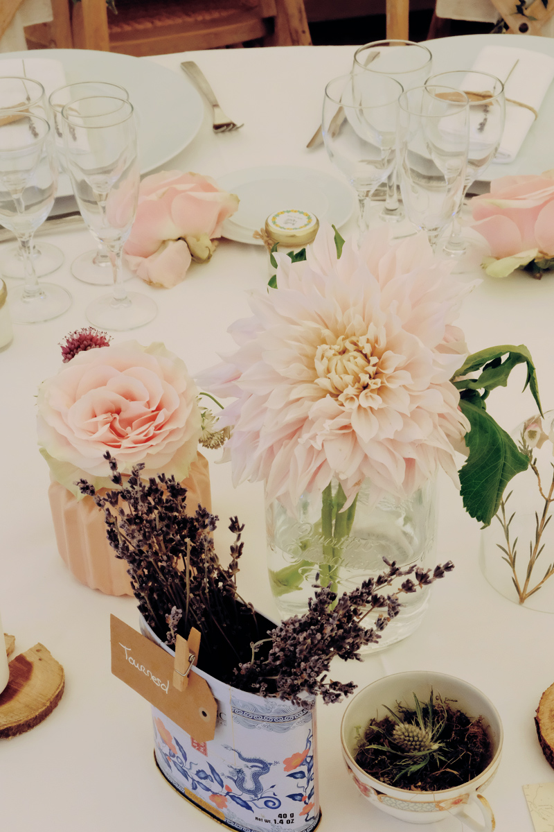 Centre de table sauvage et rustique en dahlia et rose dans la campagne d'Aquitaine.