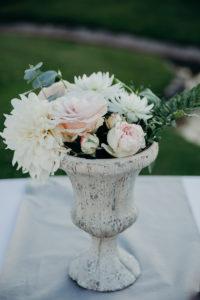 Bouquet De Fleur Dans Un Vase Médicis Au Style Romantique à La Villa La Tosca.