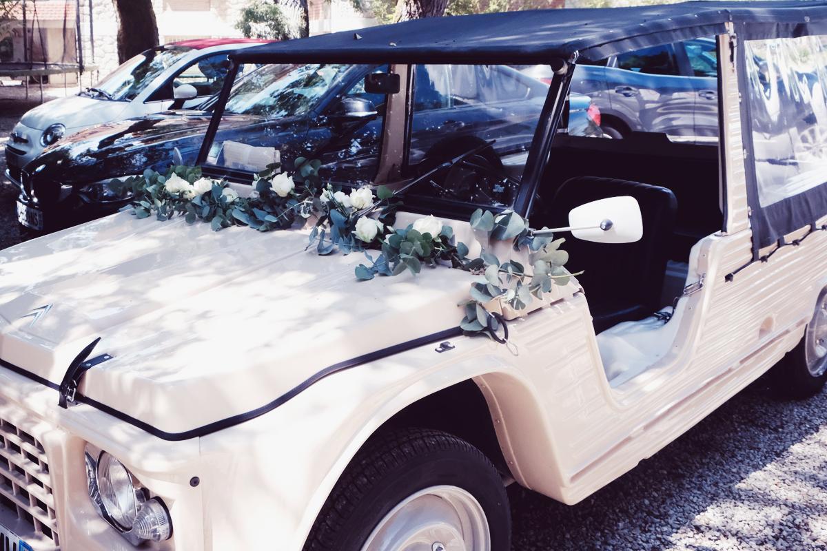 Méhari et voiture ancienne avec feuillage d'un mariage sur le Bassin d'Arcachon.