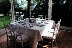 Les Tables De Ce Mariage à La Réception Dans Un Chapiteau Dans Le Jardin De La Villa La Tosca.