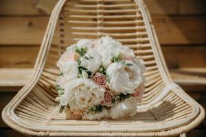 Un Bouquet De Mariée En Pivoine Et Rose Lors D'un Mariage à La Villa La Tosca à Lanton.