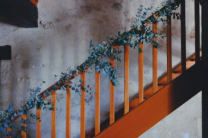 Décoration De L'escalier En Feuillage Et Eucalyptus.