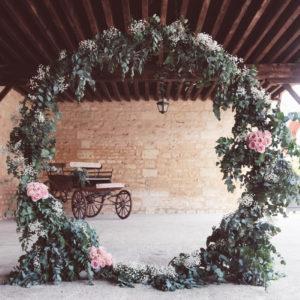 Arche De Mariage Ronde Et Végétale Dans La Grange Du Château Giscours.