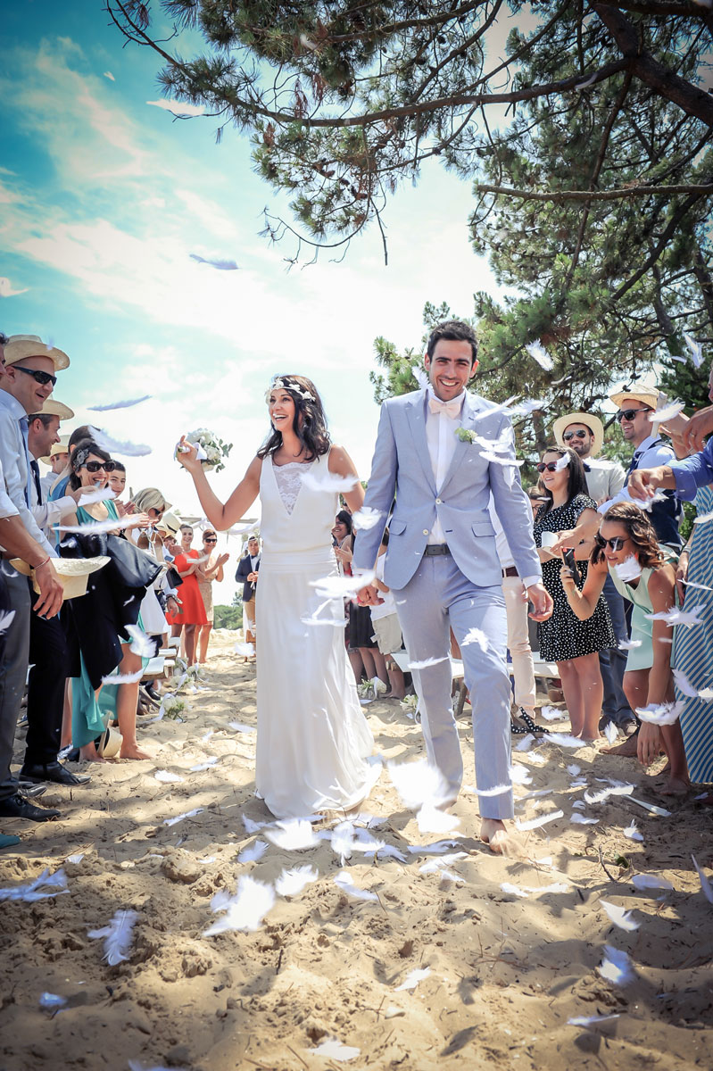 Cérémonie laïque sur la plage lors d'un mariage intimiste.