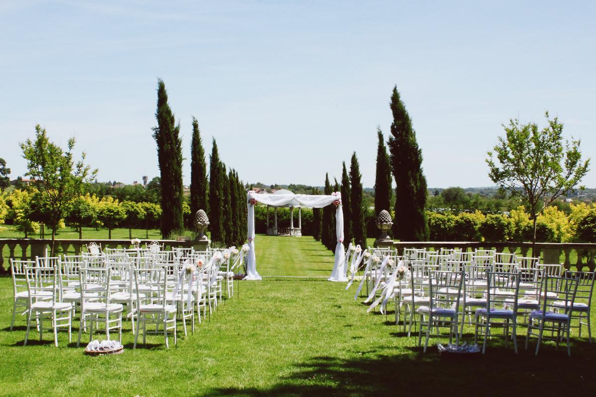 Cérémonie au Château La Durantie lors de mariage à la déco chic et bohème.