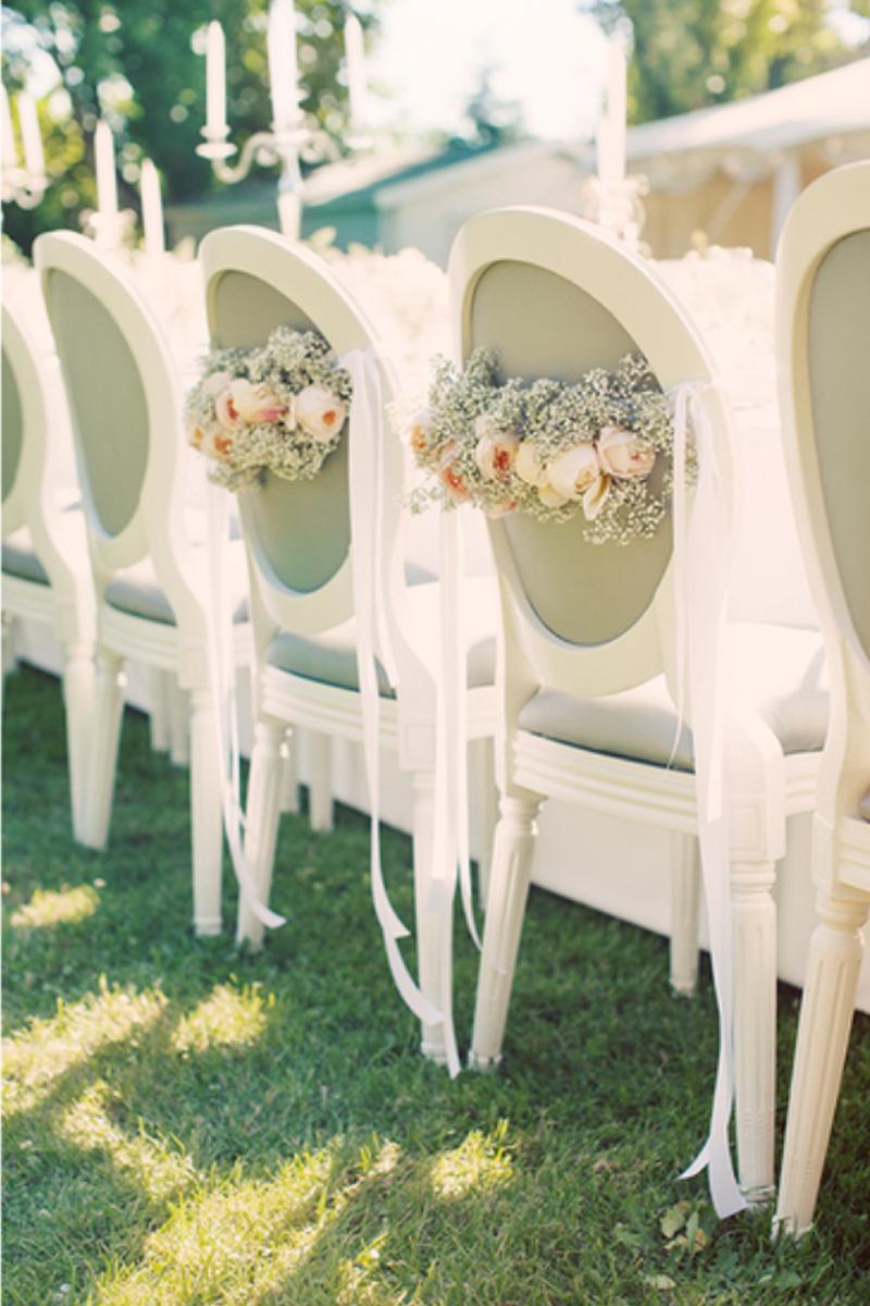 Chaises de mariés en fleurs champêytre et chic pour un mariage au Château La Durantie.