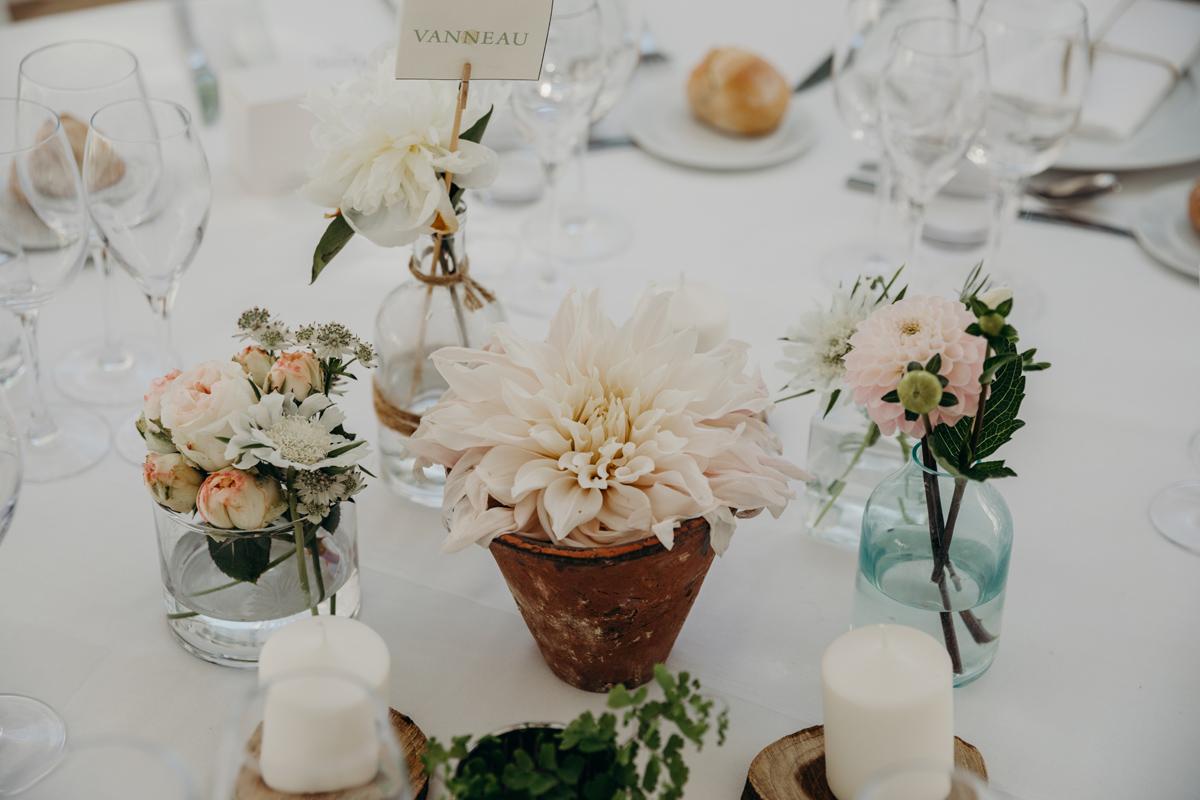Centre de table mariage rustique et campagnard en décoration et fleurs.