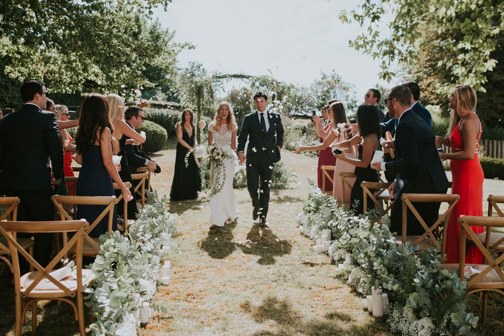 Arche de mariage champêtre pour une décoration en fleur de cérémonie laïque.