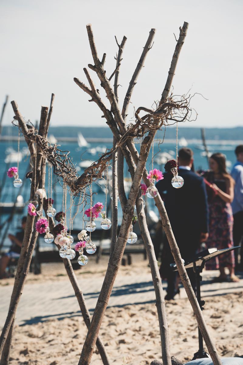 Arche de mariage sur la plage d'une décoration de cérémonie laïque.