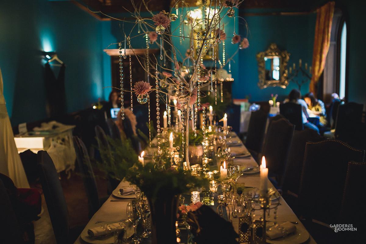 Centre de table mariage moderne en décoration et fleurs.