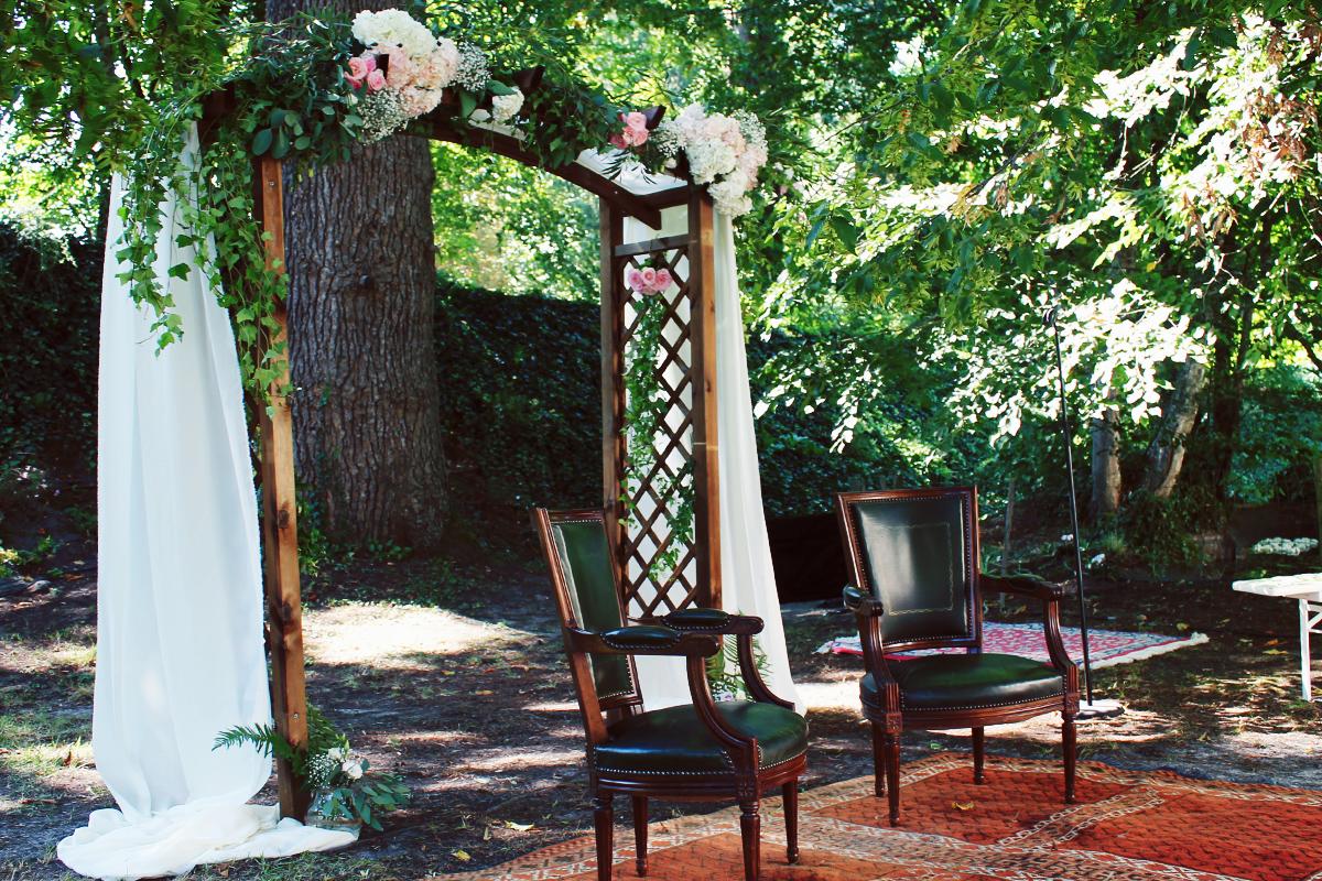 Arche de mariage en bois pour cérémonie et décoration.