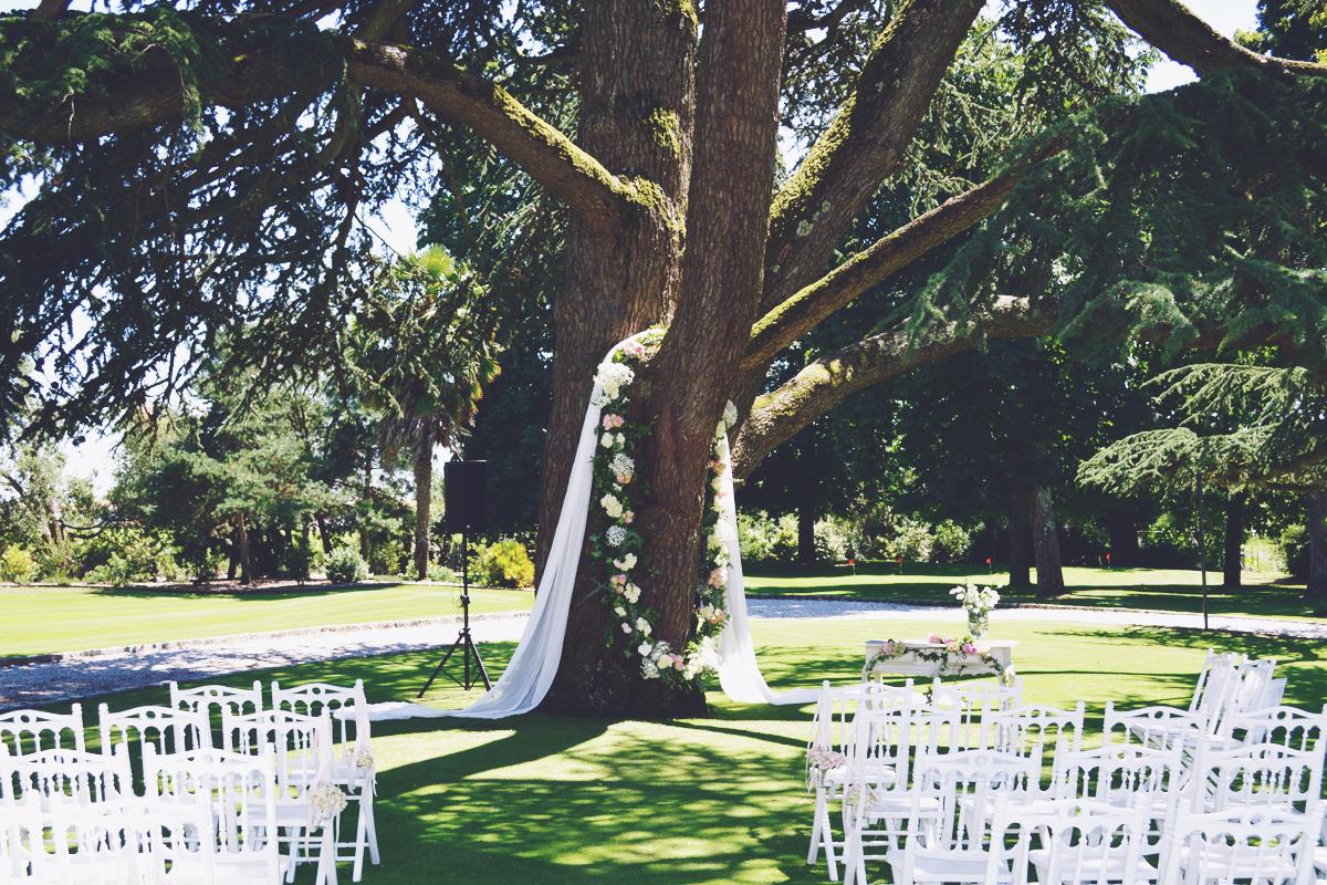 Arche de mariage originale lors d'une décoration de cérémonie laïque.