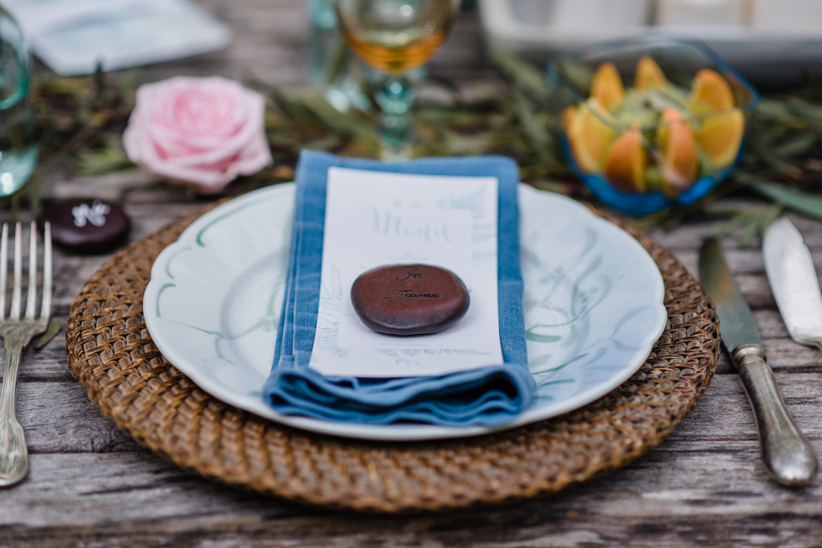 Décoration serviette de mariage en fleur champêtre pour événement.