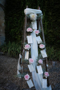 Échelle En Bois Pour Une Décoration En Fleurs Champêtre De Mariage, événement Et Réception.