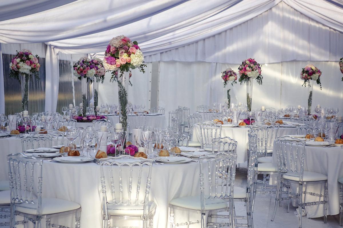 Vase haut pour une décoration de mariage et réception au centre de table et composition florale.