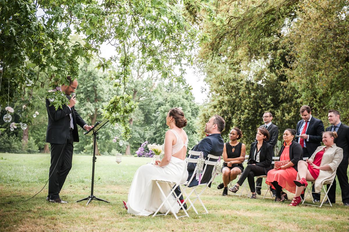 Arche de mariage sur arbre pour une décoration de cérémonie laïque champêtre en extérieur.