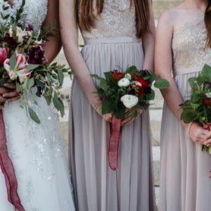 Bouquet De Demoiselle D'honneur Champêtre Et Chic Lors De Mariage D'automne Avec Feuillage.