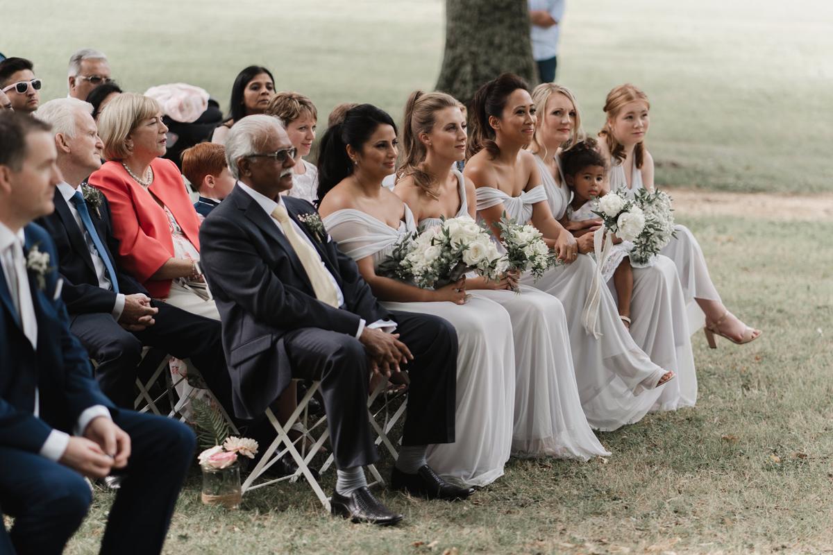 Bouquet de demoiselle d'honneur champêtre et chic et cérémonie de mariage haut de gamme aux élégants témoins.