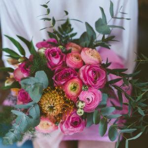 Bouquet De Demoiselle D'honneur Champêtre Et Chic Lors De Mariage à La Déco Aux Couleurs Rose, Orange Et Vert.