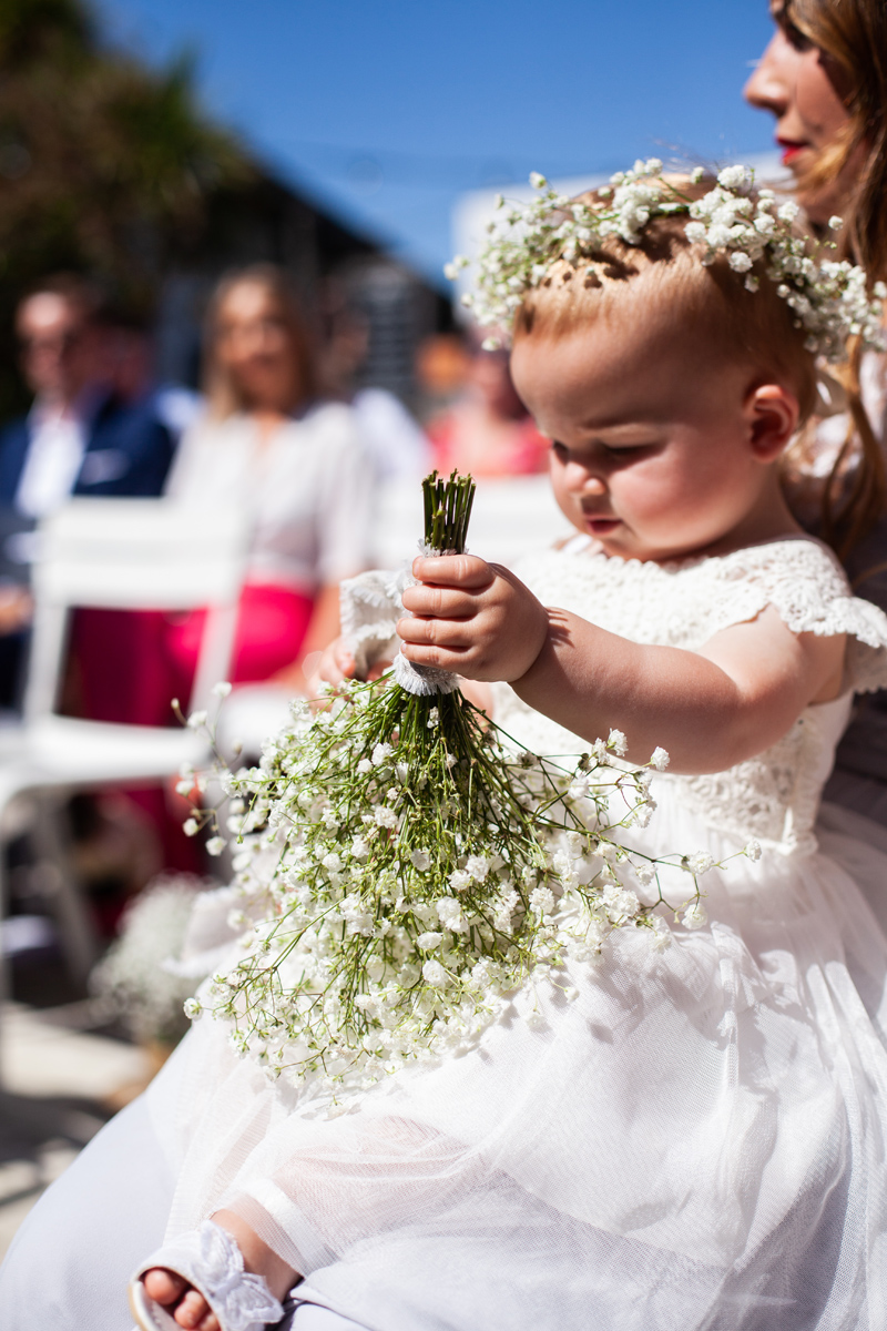 Bouquet de demoiselle d'honneur champêtre et chic pour enfant en gypsophile.