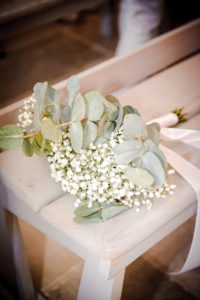 Bouquet De Demoiselle D'honneur Champêtre Chic Très Nature Et En Eucalyptus Et Fleur De Gypsophile Blanc.
