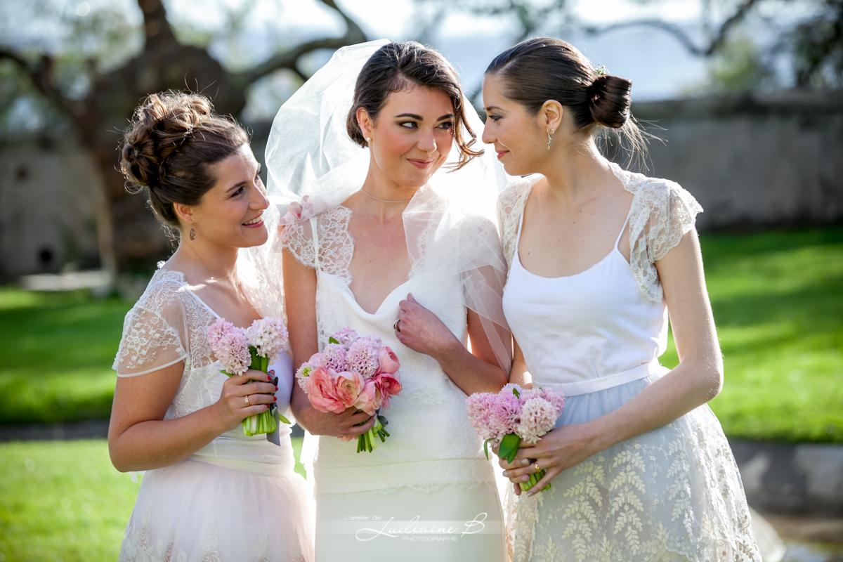Bouquets de demoiselles d'honneur champêtre chic lors de mariage romantique en été.