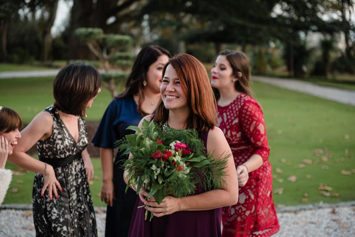 Bouquet de demoiselle d'honneur champêtre chic lors de mariage intime en hiver.