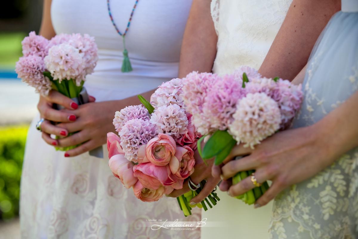 Bouquet de demoiselle d'honneur champêtre chic lors de mariage romantique au printemps.