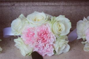 Bouquet De Demoiselle D'honneur Champêtre Avec Des Fleurs De Rose Et D'oeillet.