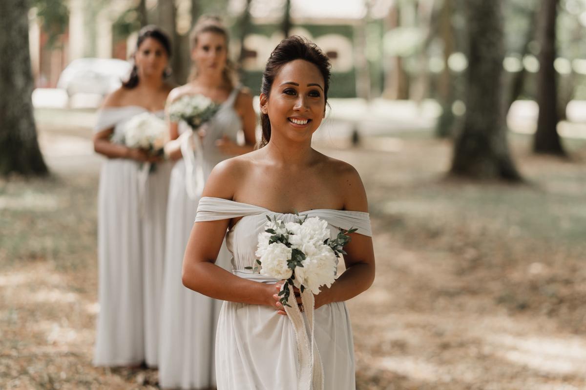 Bouquet de demoiselle d'honneur champêtre avec des fleurs en pivoine blanche pour la témoin.