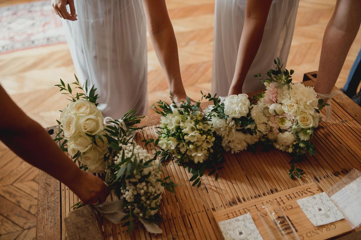 Bouquet de demoiselle d'honneur champêtre avant la cérémonie de mariage.