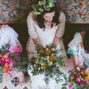 Bouquet De Demoiselle D'honneur Champêtre Et Chic En Rose, Renoncule Et Eucalyptus Tout En Couleur Bohème.