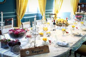 Bouquet En Fleur D'oeillet Aux Petits Vases Lors De Mariage Et événement Aux Décoration Et Composition Florale De Tables Champêtre Et Chic.