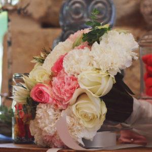 Bouquet En Oeillet De Mariée Lors De Mariage Et événement Aux Décoration Et Composition Florale Champêtre Et Chic.