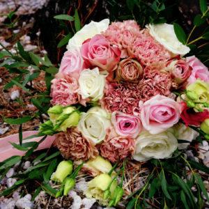 Bouquet De Mariée Lors De Mariage Et événement Aux Décoration Et Composition Florale Champêtre Et Chic.