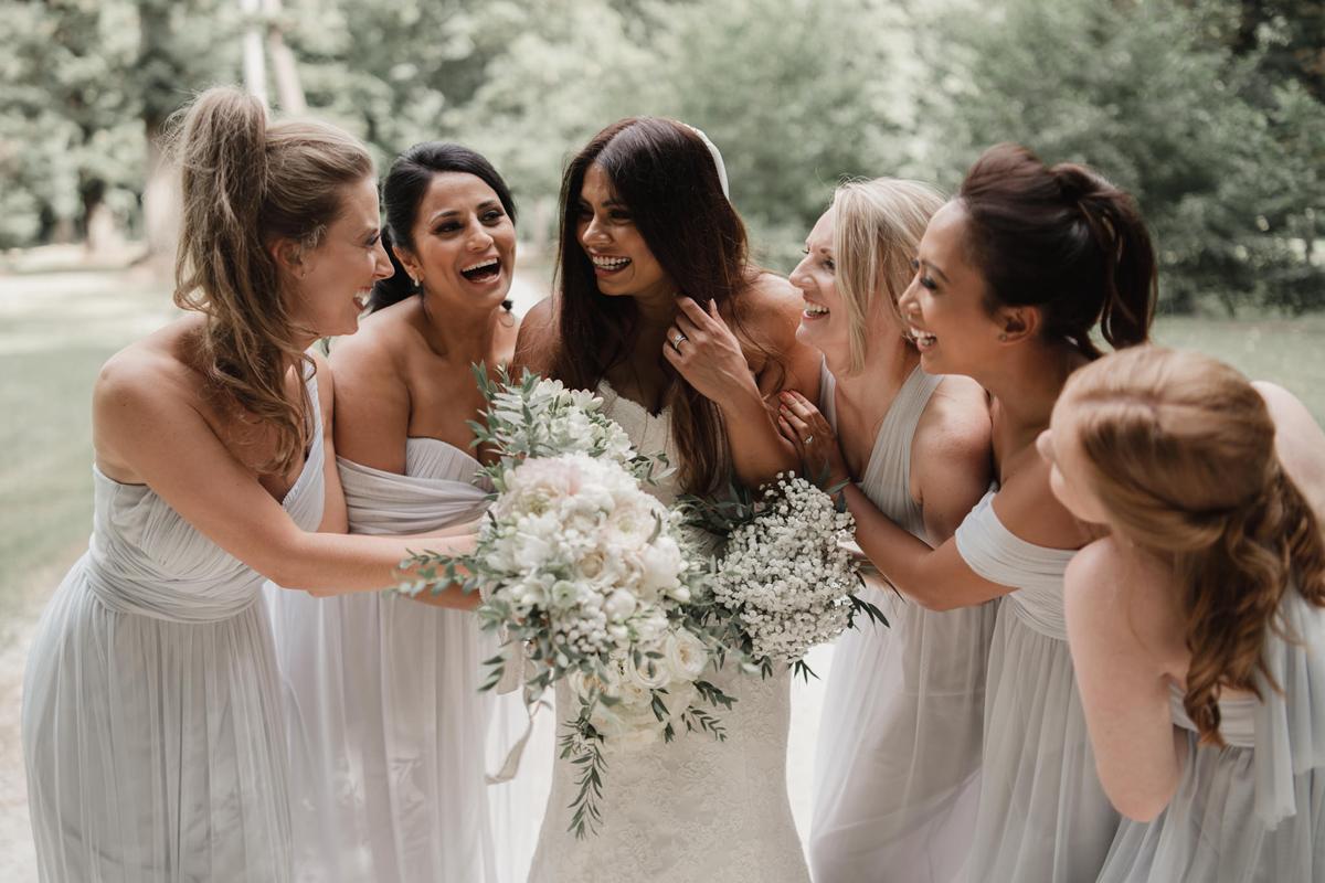 Bouquets de demoiselles d'honneur champêtre et chic où la mariée est avec ses témoins lors de ce mariage de blanc et couleurs pastels.