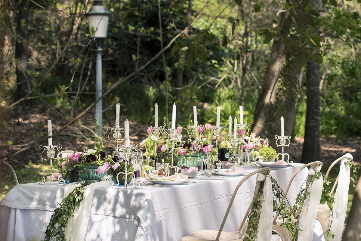 Décoration lierre mariage de composition florale au chemin de table champêtre.