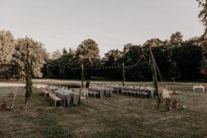 Décoration Lierre Mariage De Réception En Extérieur Dans Des Jardins Avec Suspension Bambou.