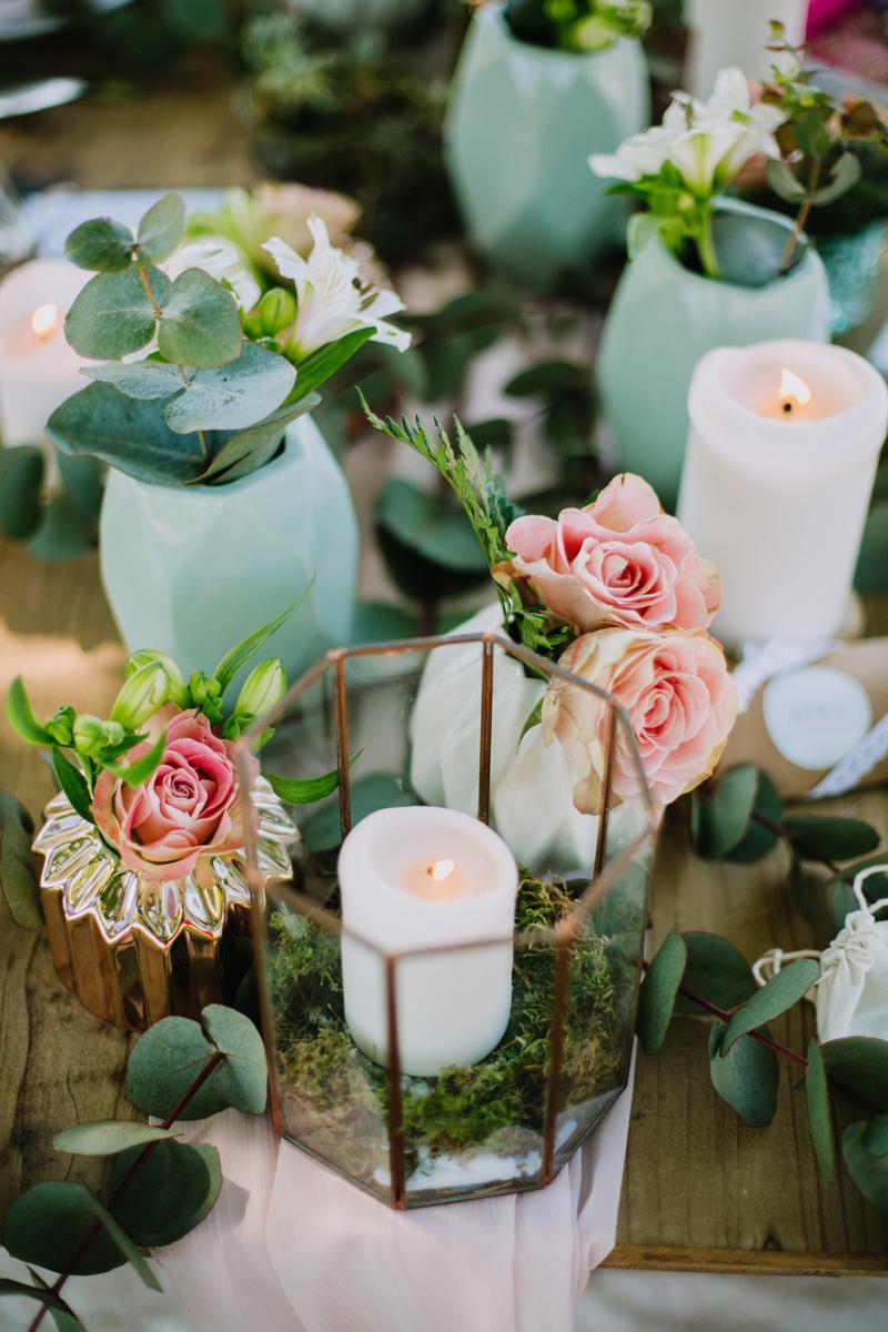 Soliflore et vase de mariage pour centre de table de réception à la déco champêtre chic.
