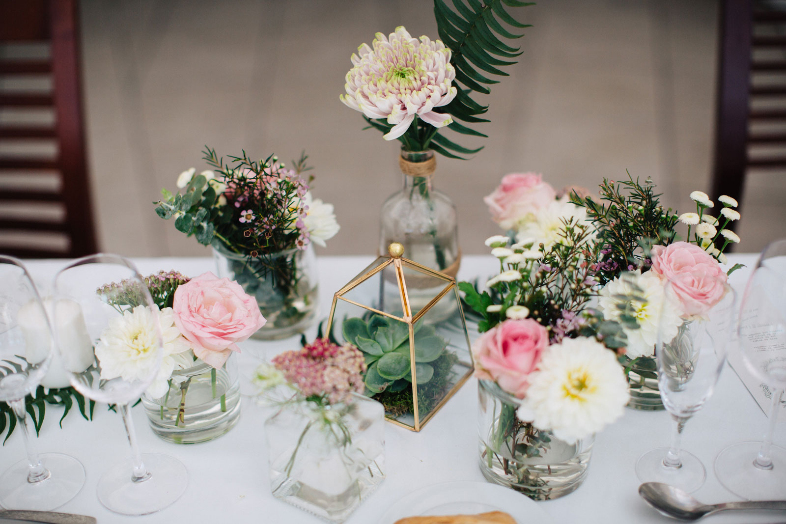 Fleurs du mois de juin et décoration aux compositions florales élégantes et de saison.