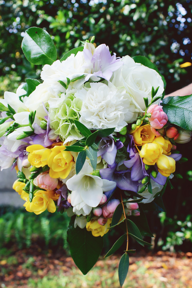 Mariage en jaune et fleur champêtre avec des bouquets de salle de réception et de table chic.