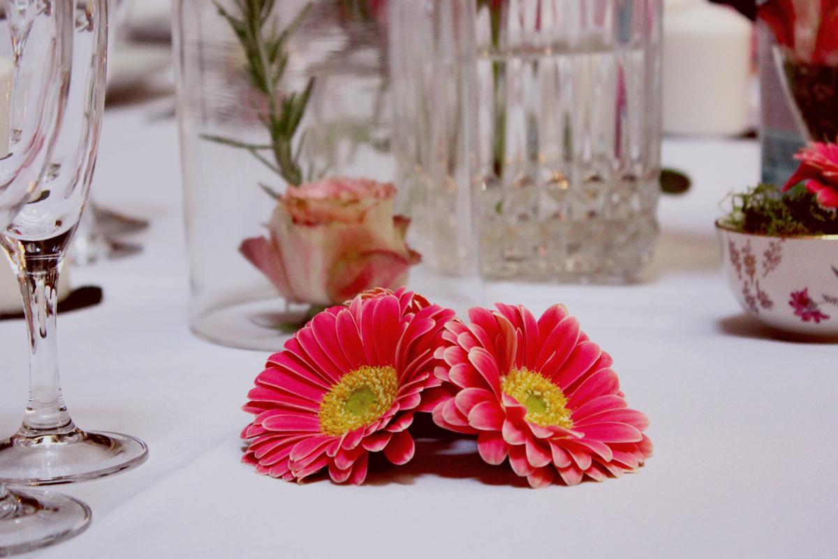 Composition florale en gerbera lors de mariage, anniversaire et réception au bouquet et à la décoration chic.