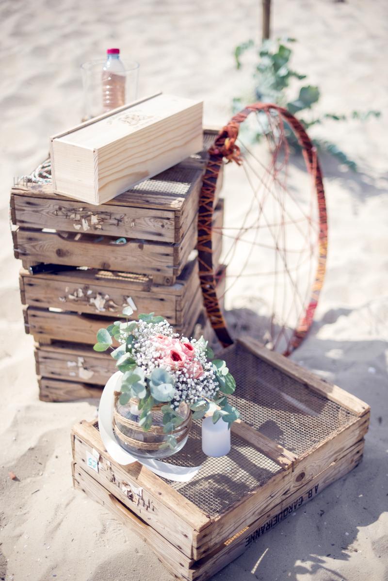 Décoration mariage avec cagette en bois lors de réception et cérémonie champêtre et chic.