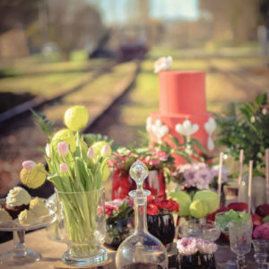 Décoration Et Composition Florale De Mariage Vintage Au Thème Rétro Chic.