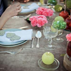 Décoration Et Composition Florale De Mariage Vintage Au Thème Rétro Chic En Fleur D'oeillets.
