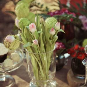 Décoration Et Composition Florale De Mariage Vintage Au Thème Rétro Chic En Fleur De Tulipes.