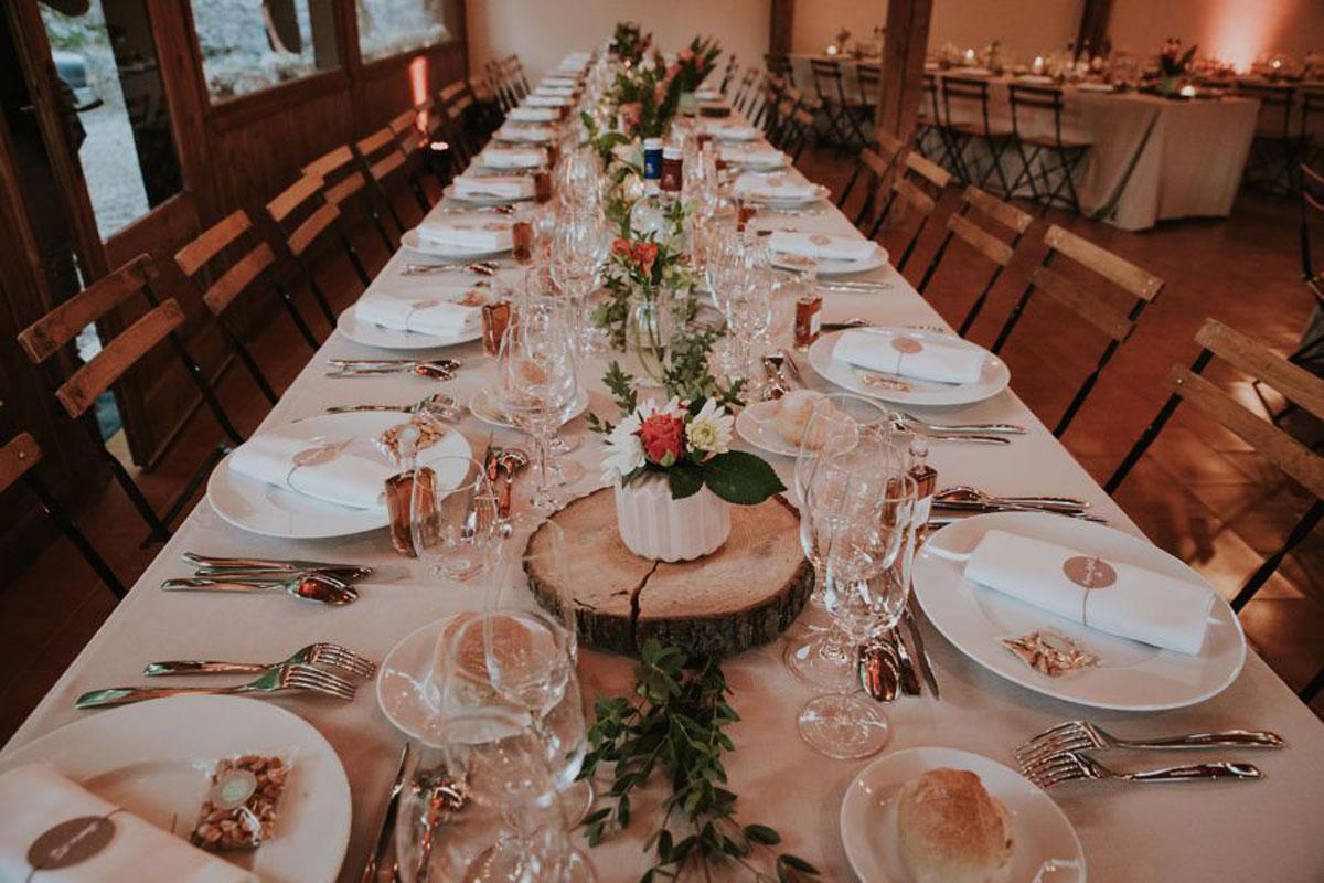 Décoration de mariage en rondin de bois pour cérémonie et réception en fleurs champêtre.