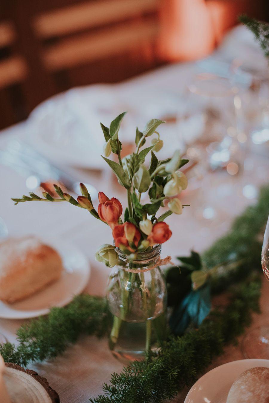 Fleurs du mois de mai pour mariage et événement champêtre et bouquet de décoration en freesia.